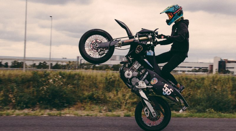 Gaia geeft wheelie- en stunt lessen – Wheelie Wonder Woman